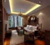 客厅浓厚的东南亚风情迎面而来。大阳台做成拱形的,沙发背景墙也用格栅木做成,韵味十足。