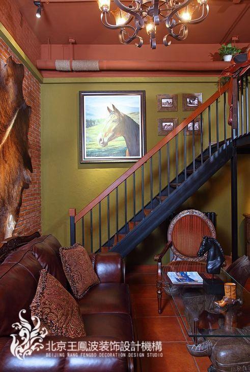客厅的全面的体现她独特的审美观与热情大方的性格。整个运用了种类非常丰富的材料及大量鲜艳各异的色彩,是主人个性与爱好的完美集中的体现。