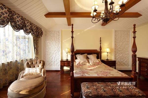 卧室大床实木,不用雕饰,仍保有木材原始的纹理和质感,还刻意添上仿古的瘢痕和虫蛀的痕迹,创造出一种古朴的质感,展现原始粗犷的美式风格