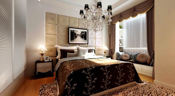 卧室选用部分欧式元素的融合,床头背景软包、水晶吊灯、白色壁柜,空间利用得当。窗台做成休闲区域,白天可以坐着看看书玩玩电脑哦~
