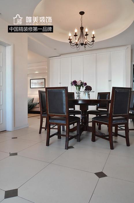 少有的圆桌,四周围上皮面实木靠椅