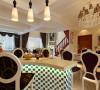 设计理念:餐厅与客厅结为一体,开门对面迎之而来的木质酒柜,与马塞克结合的吧台显得主人家更加高档的品味,休闲时来杯红酒慢慢品味。