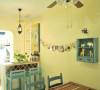 餐厅也是蓝色为主的木质餐椅,餐桌顶上吊灯与吊扇结合体,更为实用,旧金属质感机芯也很搭。
