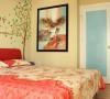 卧室以柔和的黄色与粉红色搭配,充满了俏皮与童趣,床头同样是手绘的绿色树,像置身于森林中,唯美浪漫。
