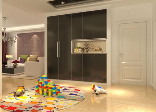 入墙式整体鞋柜,左边的两扇对开门内为更加实用的储藏间。门厅宽大的空间,可作为三代人的亲子空间,其乐融融。