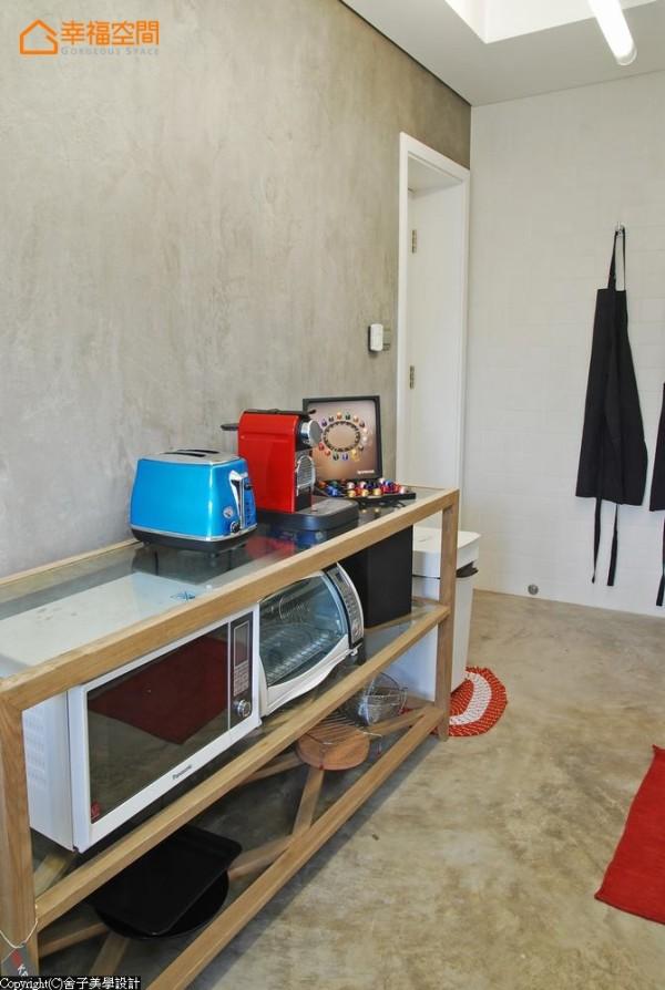 水泥粉光地坪上置放木作层架电器柜,刻意外显的器具有了亮丽色彩缀点,生活感摆设让空间更加分。