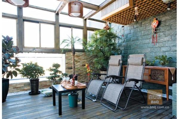 防腐木搭建的阳光房,非常惬意