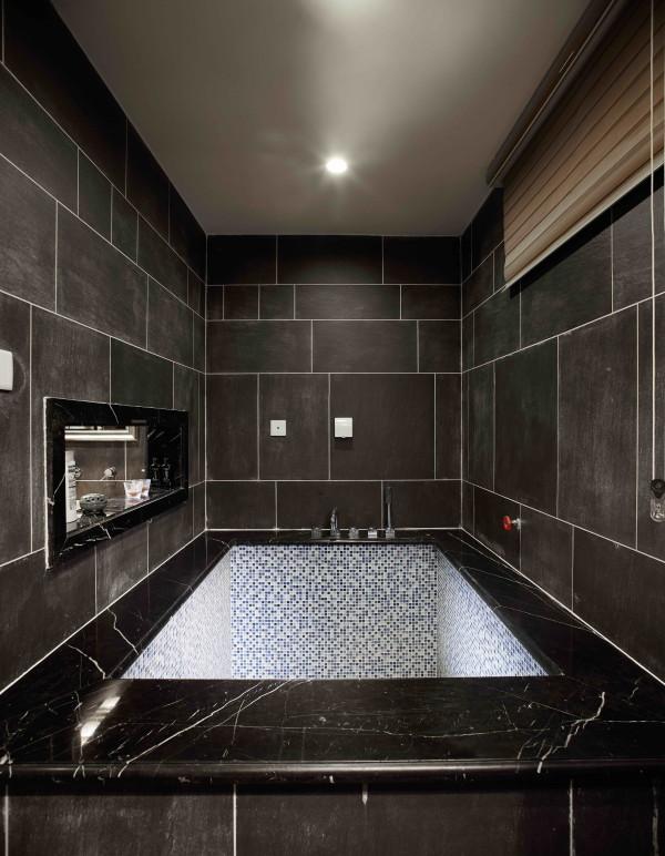 西山林语 420平米 混搭装修风格,桑拿间暗色的处理使享受桑拿的同时,身心更放松。