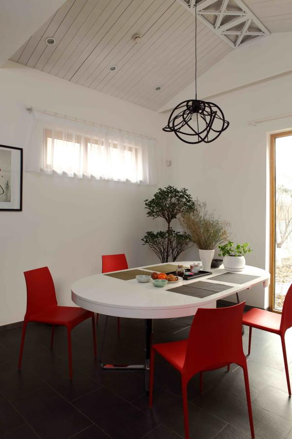 尚层别墅装饰 龙湾合院  376平米  现代简约,写意空间的白桌红椅在铺满深灰色板岩的餐区里显得格外突出,吊顶的烤漆钢板灵感来自于埃菲尔铁塔。