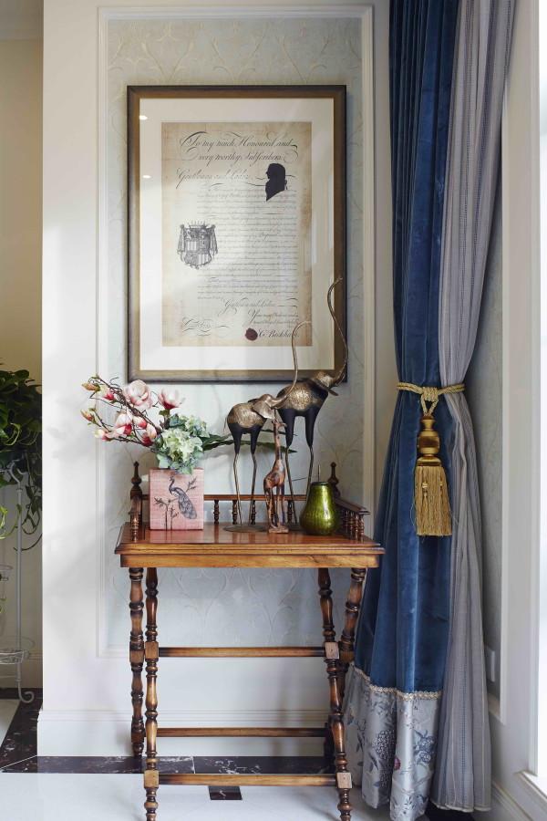 西山林语 420平米 混搭装修风格,客厅英国诗人的手稿配上精致的边桌,体现出一种人文气质