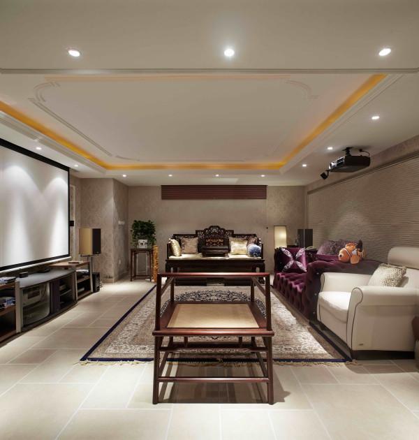 西山林语 420平米 混搭装修风格,客厅蓝色的运用打破了暖色调垄断客厅的传统。