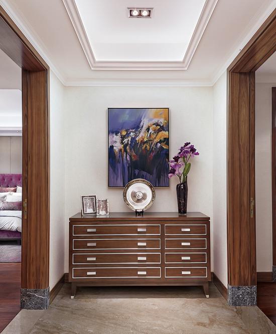 过道处简单的四屉柜,上面摆上花瓶艺术品,让空间丰富起来