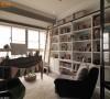 设计师考虑入门的视野齐整度,在书房底墙安排置顶书柜,并贴心规划爬梯与挂杆,让设计不仅是装饰,更具有实用性。