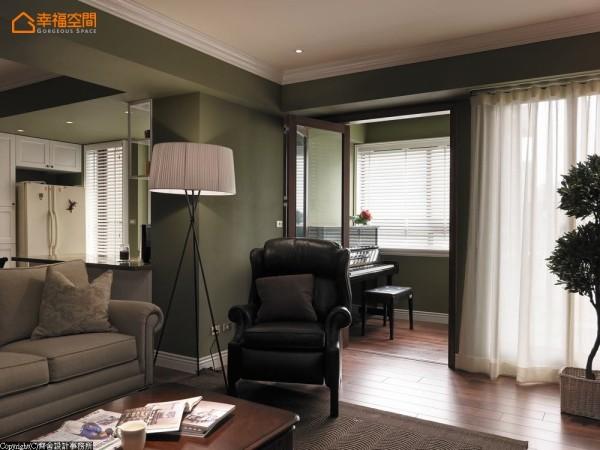 以通透的拉折门作为客厅与钢琴房的界隔,让窗外自然的光线引入于室内。