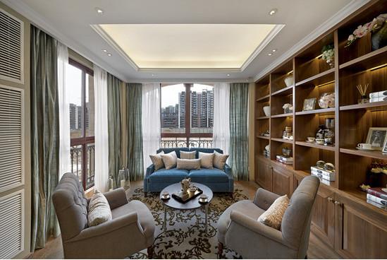 长牌壁柜摆放主人收集的艺术品,蓝白色沙发赋予空间清新淡雅之气