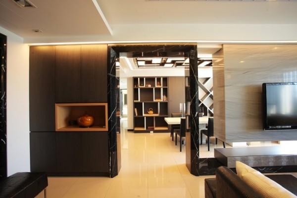 一柜之隔的餐厅与书房,除了桌面赋予连续延展的视觉趣味,天花板还特地以深色美耐板订製L型灯具,进行几何组合排列,