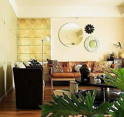 墙面、沙发都采用有点淡黄的色调 整个客厅的色调比较温暖,墙面、沙发都采用有点淡黄的色调。