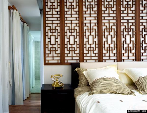 进入到卧室,白色的床上用品搭配床头的花格设计透露出了大气、华贵、雅致。