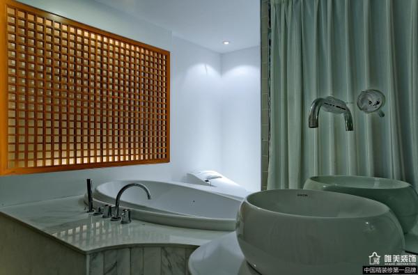 透过卧室进入主卫生间,花格的墙面设计风格继续延续,玻璃的采光通过室内和自然采光相结合,使得整个空间既明亮又大气。