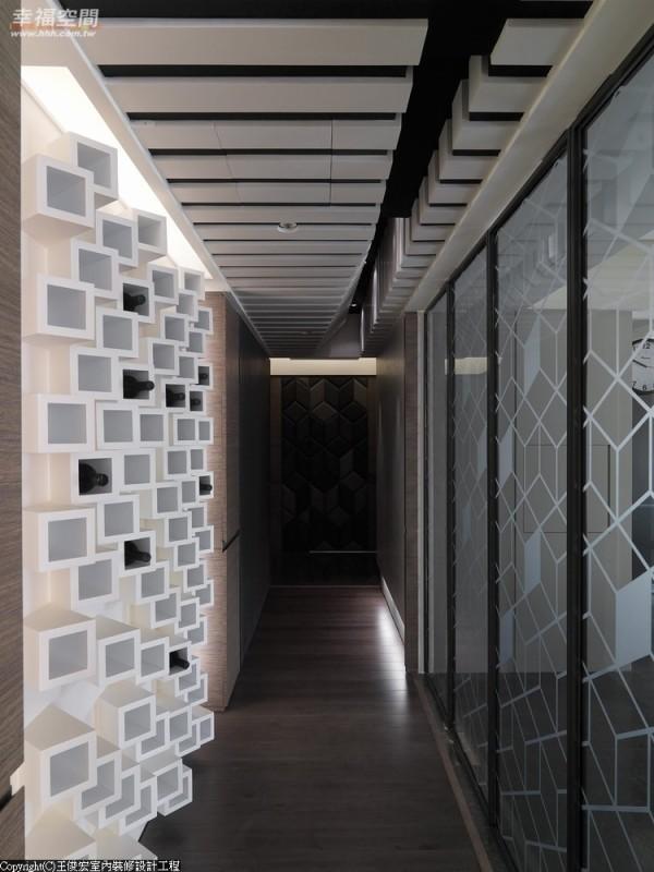 折迭门扉间对角线构成的喷纱菱形、酒柜倾斜的错落矩阵,笔直流畅地延伸出极具立体感的长廊。