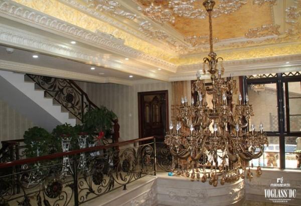 利用精心设计的雕花吊顶、楼梯间隔断墙和铁艺扶手与石材装饰柱的搭配,营造一种高端、大气的会客氛围。