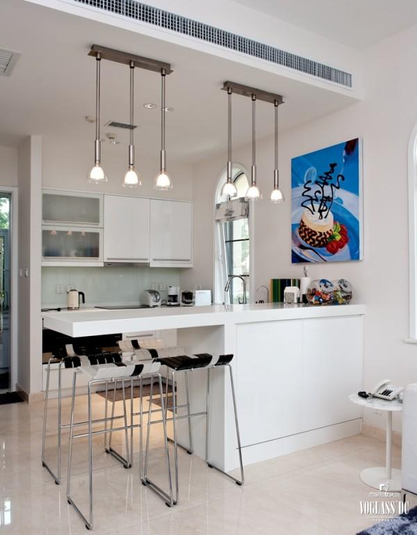 一层西厨,还是配以白色,橱柜,吧台,墙面,吧椅是黑白琴键的样式,让空间色彩上有了变化。