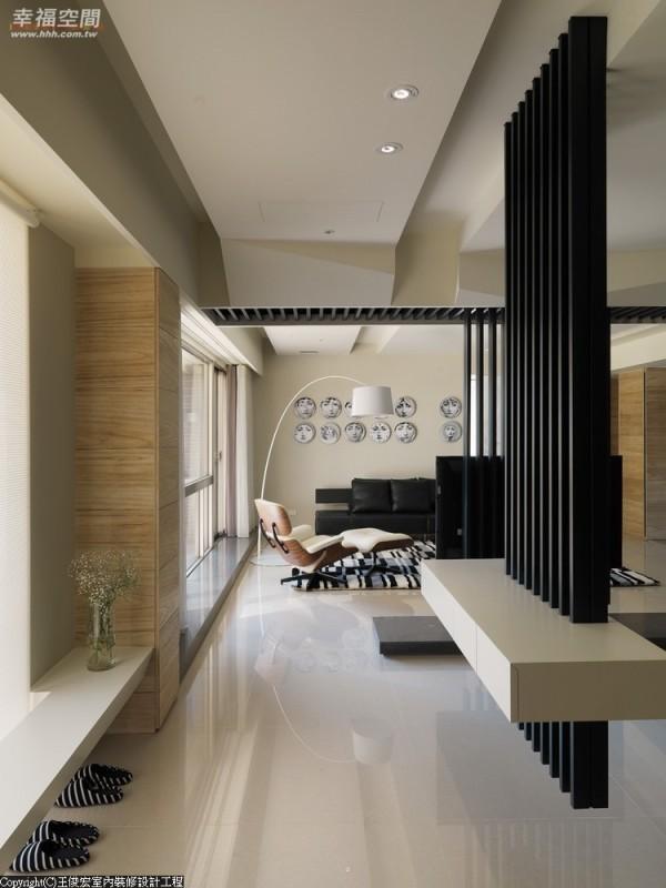 进出门随手置放小物的烤漆台面,设计师以铁件创造悬浮,预告空间的现代感。