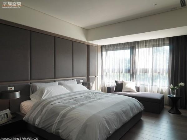 主卧房 以单纯的材质与颜色营造空间特质,循着透过薄纱的光影,流露和谐的沉稳氛围。