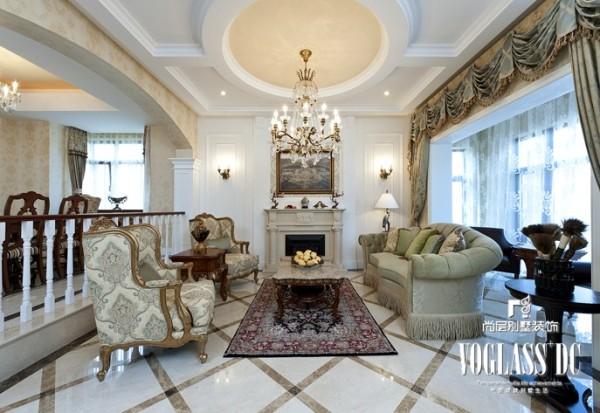 客厅的设计是典型的田园风格的理念,线条简单,以淡雅的花图案作为陪衬,以深色作为点缀,力图表现出了田园风格的生活情趣。