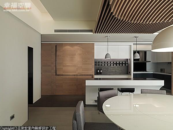 酒柜旁的大片木作拉门为麻将间与酒柜共用,推移之间,可变化空间的层次与面貌。