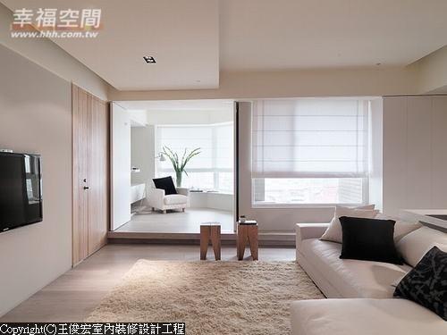 没有复杂的天花造型,不方正的角窗空间架高地坪,搭构起多功能的和室空间。
