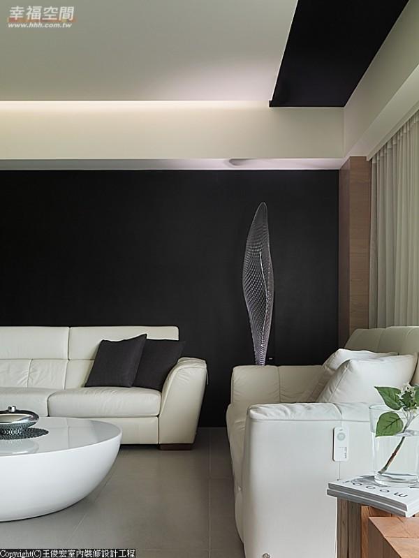 配合屋主希望的白色沙发,客厅沙发背墙大胆地以整面黑色阐述,并搭配雾状般的造型立灯强调个性。