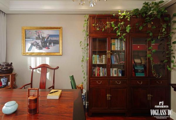 女主人还将绿植带进了儿子的卧室,长长的藤蔓垂满了整个书架。