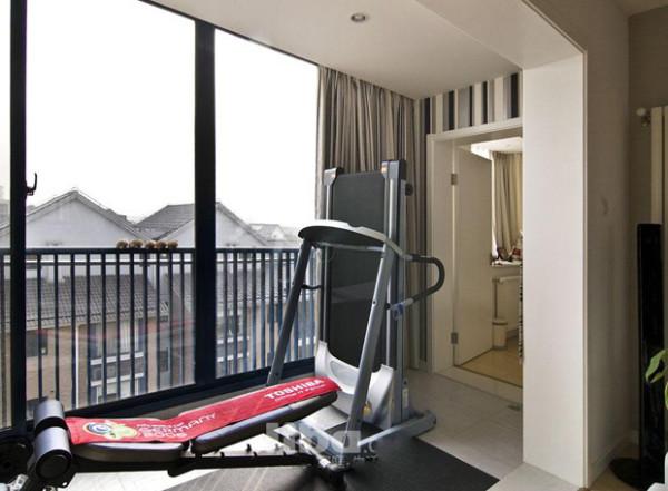 设计师充分利用了室内的每一寸空间,客厅阳台改造成了健身区,同时扩大了客厅的面积