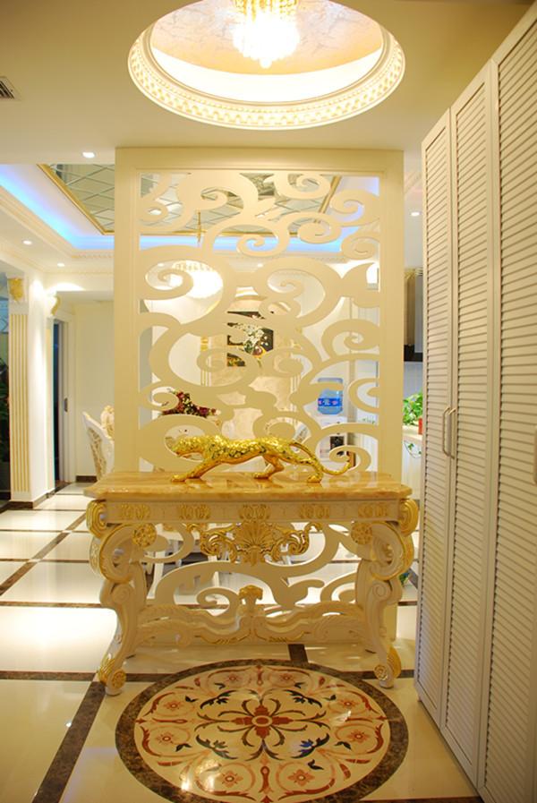 门厅白色镂空雕花屏风,满足了风水之说;地面巴洛克大理石给玄关处增添了艺术感和美感。