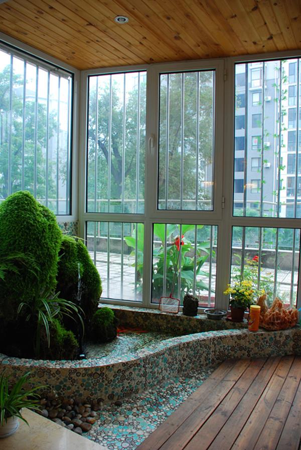 这是客厅窗台处的设计亮点,空间虽然不大,却也巧妙的营造出山水之间的淡泊与宁静