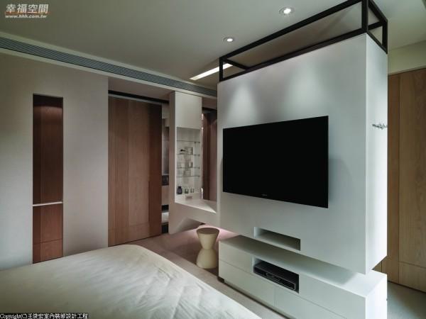 公领域的亮眼外,主卧房中悬浮入视点的白色木作,有限空间中统汇着屋主多样需求。