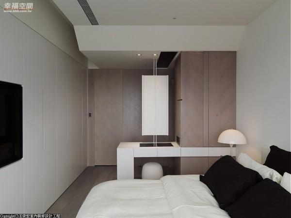 悬吊式的折镜设计,结合收纳柜的实用稳定床头睡眠感。