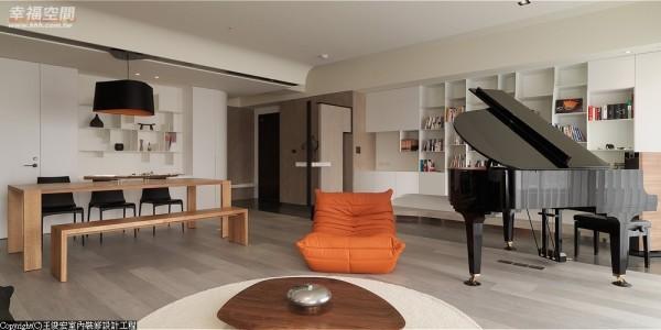 无界线地随意让空间时而像是钢琴的演奏厅,又像座现代的森林图书馆。
