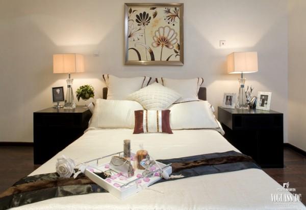 由于线条简单、装饰元素少,现代风格家具需要完美的软装配合,才能显示出美感。例如沙发需要靠垫、餐桌需要餐桌布、床需要窗帘和床单陪衬,软装到位是现代风饰的关键。