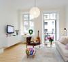 客厅 造型的上的设计稍微花了一些心思。既要体现出独特感,也要有扩大空间的效果。