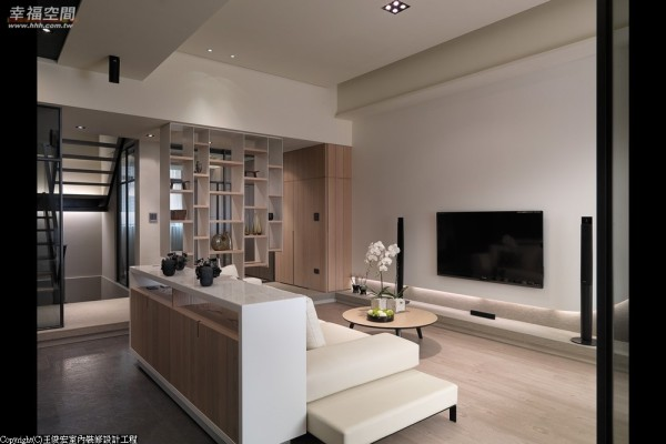 客厅的线条与立面干净纯粹,并以机能、形式、色彩及材质来形塑场域表情。