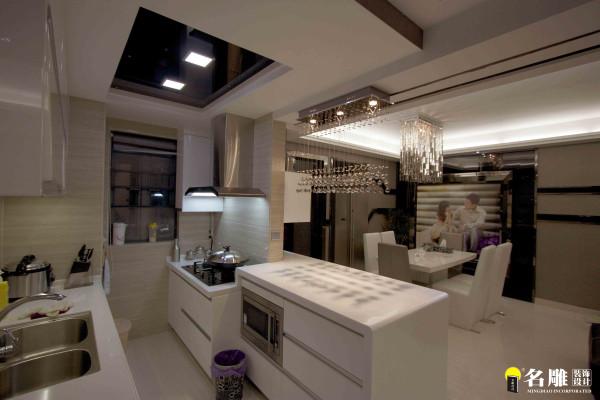 名雕装饰设计——开放式厨房:厨房的开放式结构设计、在灯光下闪耀的吧台体现的是家庭的现代一面,而整体色彩的运用则更着重于营造家庭的时