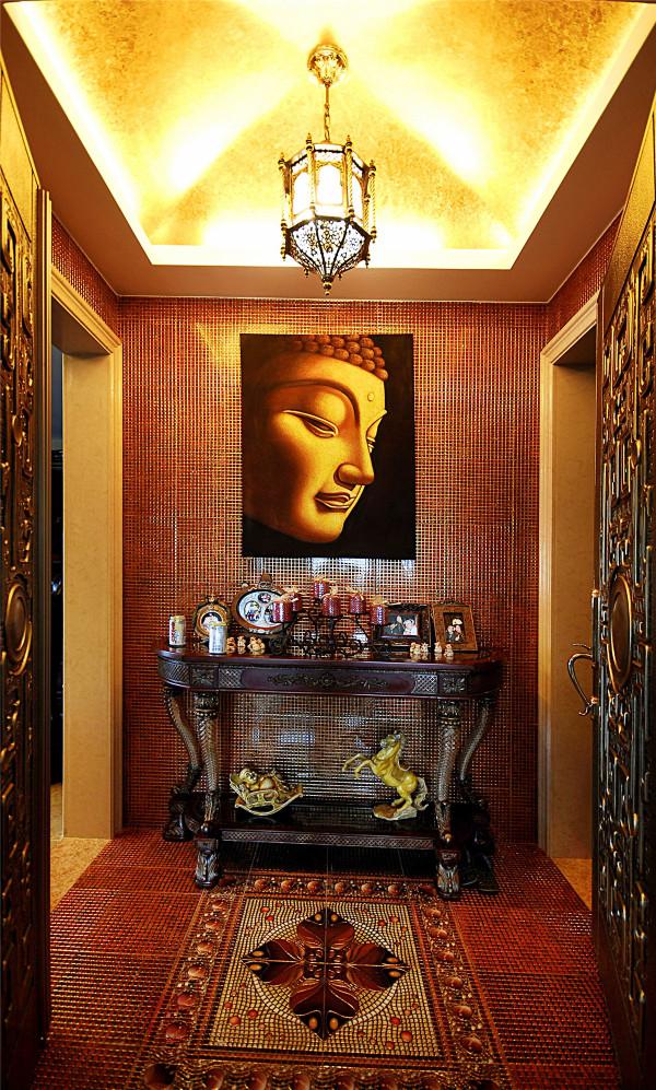 本案华美而不失文化气息,通过运用赋予异域特色的铜雕、拼花马赛克、墙纸、艺术涂料等设计语言相互调和,强调了了文化在室内设计中的感染力,直身其中,使我们感受到强烈的浓情与迷恋。