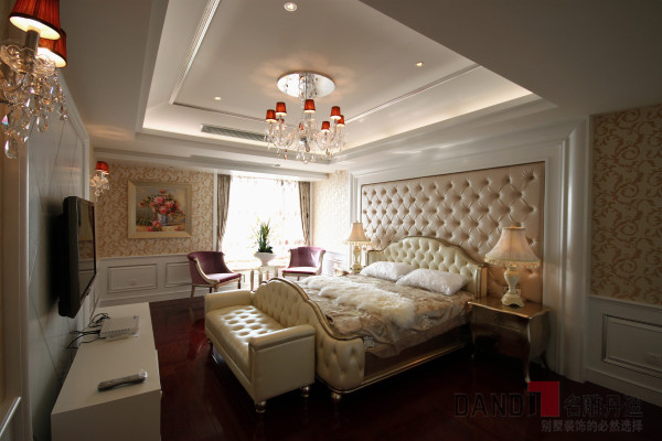 名雕装饰设计——主卧:家私配的古典的银色巴洛克风格,天花的水晶灯晶莹剔透,整个家居银装素裹,犹如一位美丽的——巴洛克天使。