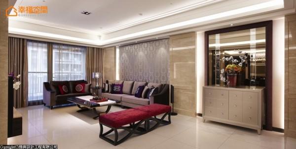 壁灯亮丽过渡进入客厅公领域,莎安娜大理石在动线中以三大段落划分,领域机能自然展现。
