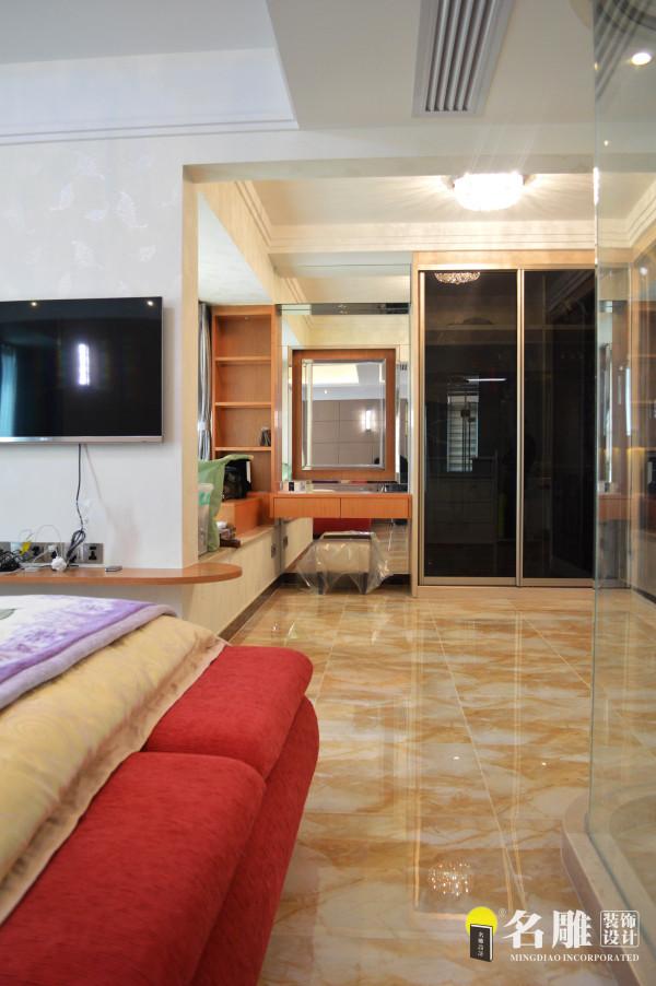 """名雕装饰设计——卧室:米黄色地板运用镜面的反射,突出空间的虚实感。表现了家居生活力求的""""平衡、宁静、纯粹""""的态度,以达到生活愉悦的境界。"""