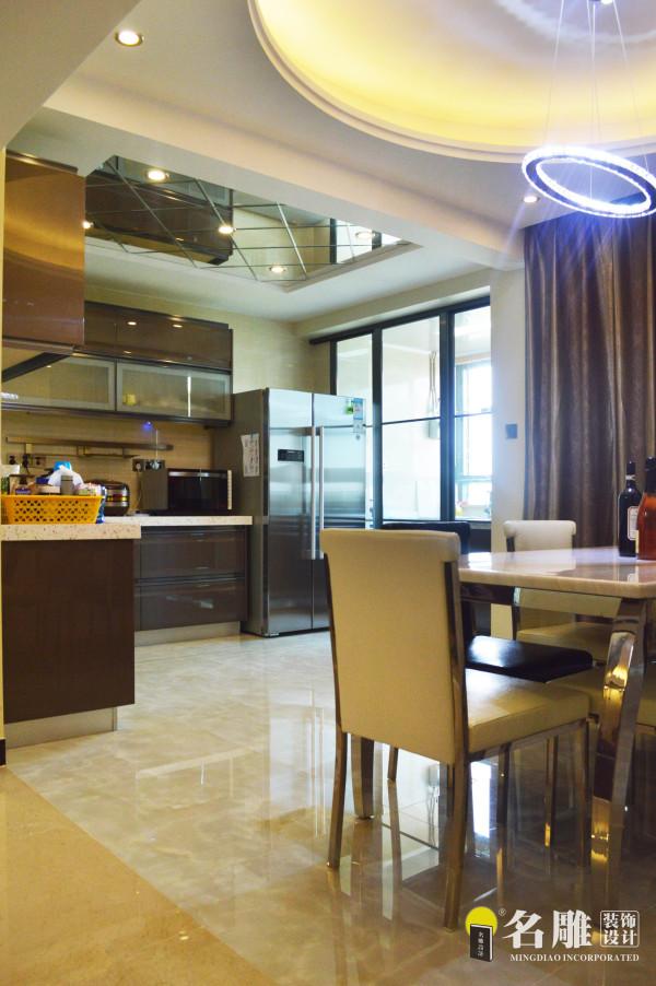 名雕装饰设计——厨房:厨房与餐桌紧密结合,冰箱、厨具布局充分考虑厨房空间,显得宽敞明亮。