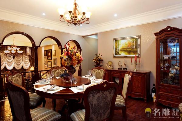 名雕装饰设计——餐厅:采用古典样式的烛台,剔透的水晶制品,精致的银制品或陶瓷的餐具。营造一种高贵典雅氛围