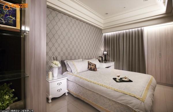 灰色系的中性是客房的主调,系统柜体的局部利用掌握了美观与预算并行的机能美。